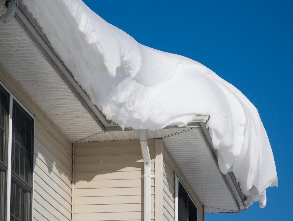 Déneigement de toit - toit plein de neige
